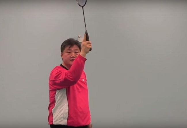 cầm vợt cầu lông sai kỹ thuật