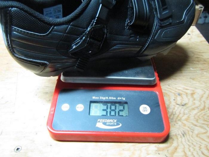 cân nặng của giày cầu lông