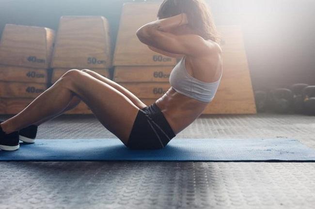 gập bụng trên thảm yoga